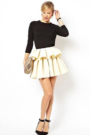 Красивое короткое платье с пышной юбкой и длинным рукавом