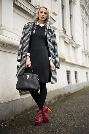 Черное платье с красными ботильонами
