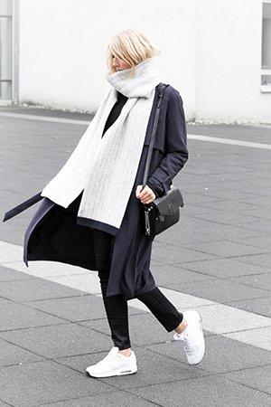Белоснежные кроссовки с черным пальто