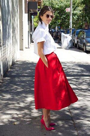 Сочетание малиновых туфель и красной юбки