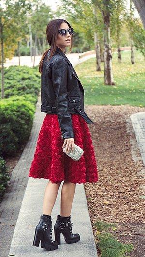 Черные ботильоны на толстом каблуке с красной юбкой