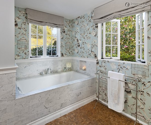 Ванная комната с окнами