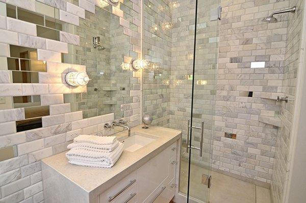 Фото интерьера ванны с зеркальной плиткой