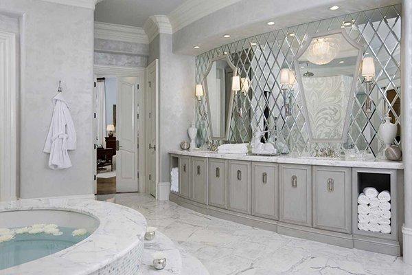 Фешенебельная ванная комната с зеркальной стеной