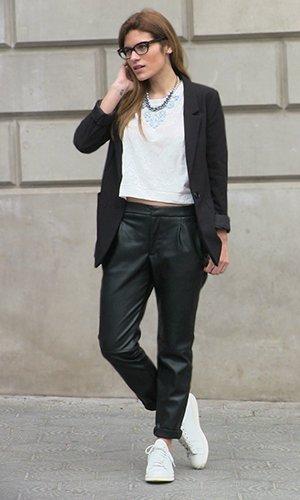 Сочетание брюк с белыми кедами