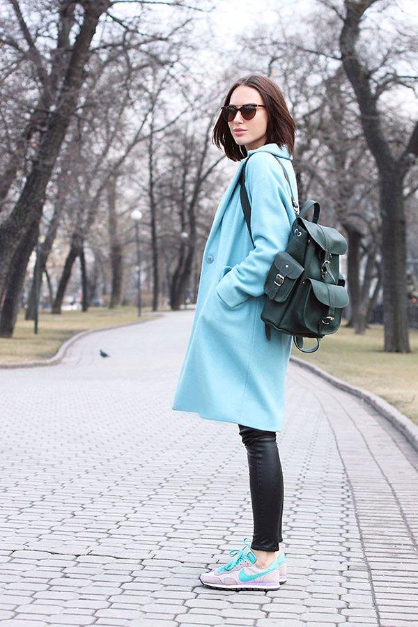 Бирюзовое пальто с зеленым рюкзаком