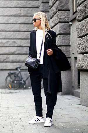 Черно-белый комплект одежды с обувью