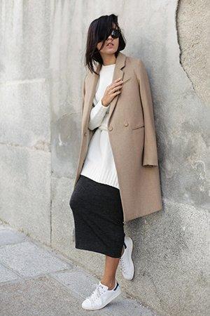 Сочетание бежевого пальто с белыми кедами