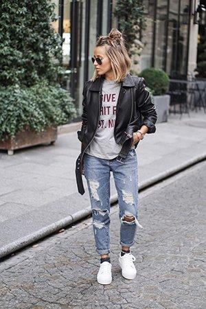 Белые кеды с джинсами и косухой