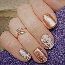 Золотой лак на ногтях