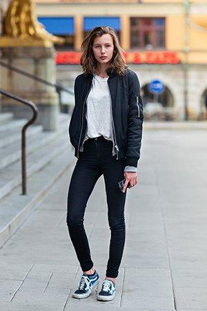 Стильные кедыс с черными джинсами и курткой