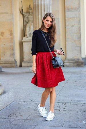 Красная юбка с черной кофтой и белой обувью