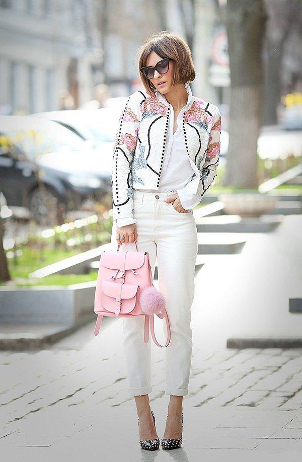 Розовый рюкзак с белой одеждой