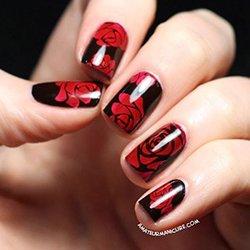 Черный маникюр с красными розами