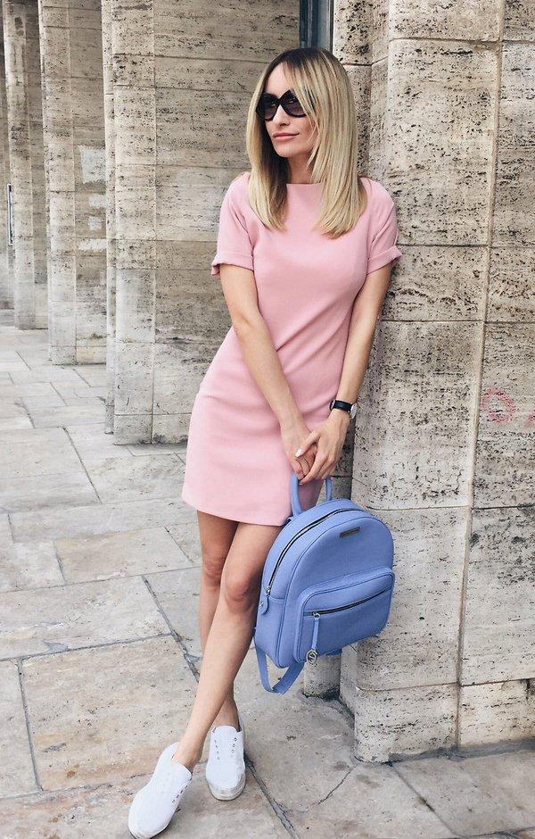 Розовое платье с голубым рюкзаком
