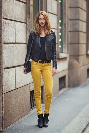 Сочетание желтых брюк с черной косухой