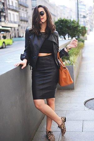 Леопардовые лоферы с черной курткой