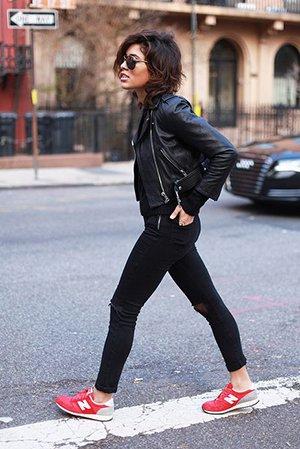 Красные кроссовки с черной одеждой