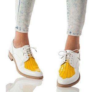 Носить белую обувь с джинсами