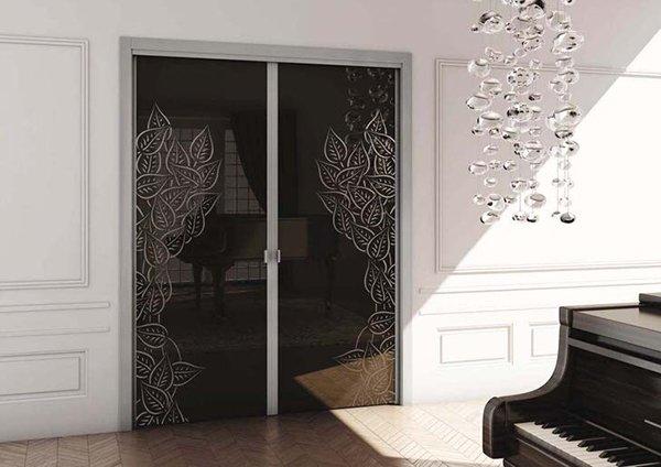 Двери из черного стекла