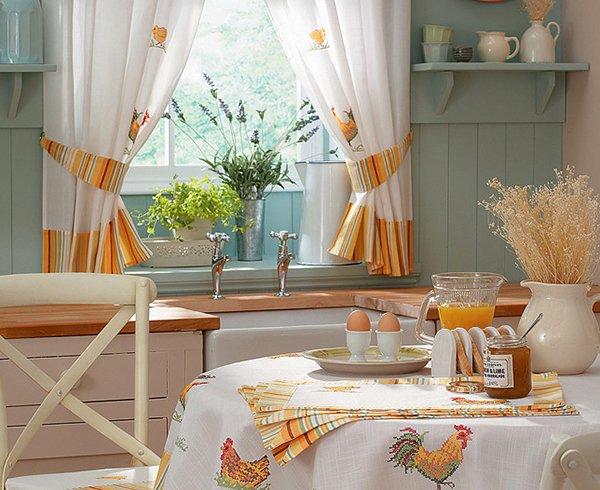 Шторы и скатерть на кухне в одном стиле