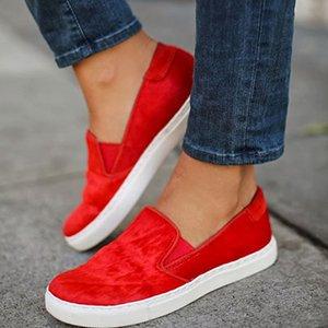 Красная обувь с синими джинсами