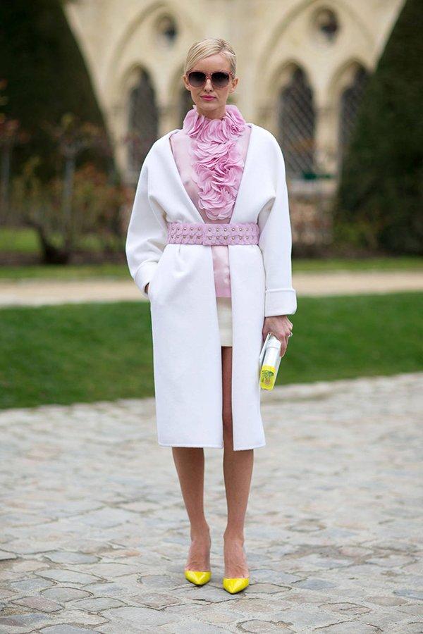 Белое пальто с желтой обувью