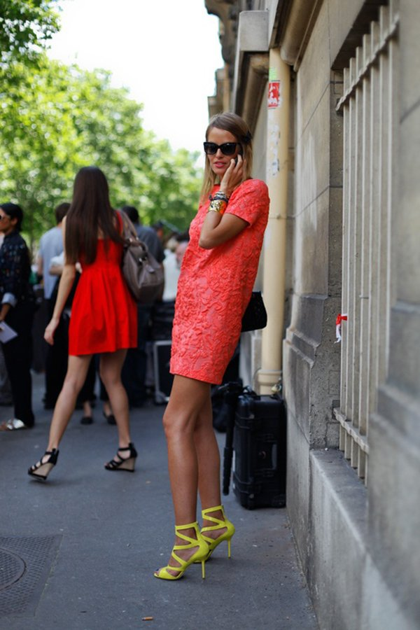 Короткое платье с туфлями лимонного цвета