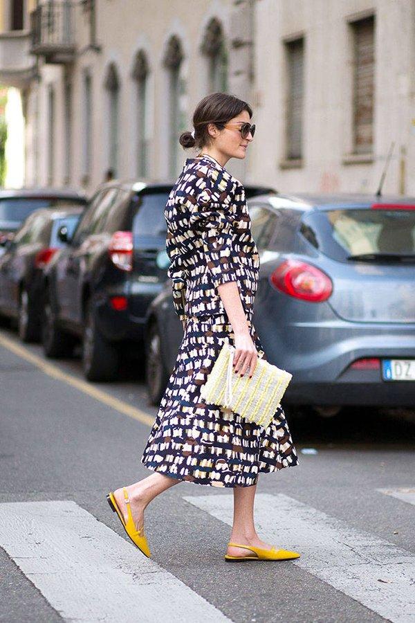 Желтые туфли на низком ходу с платьем
