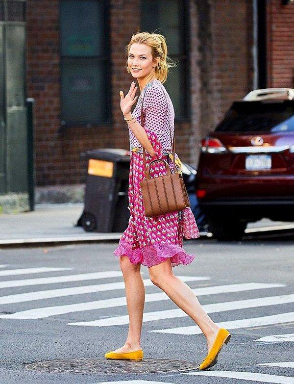 Шифоновое платье с туфельками песочного оттенка
