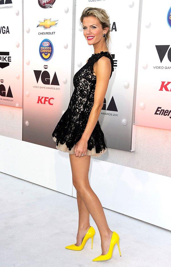Черное коктейльное платье с яркой обувью