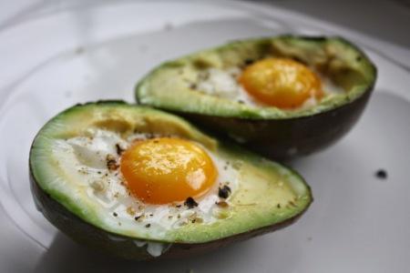 Запеченные яйца с авокадо
