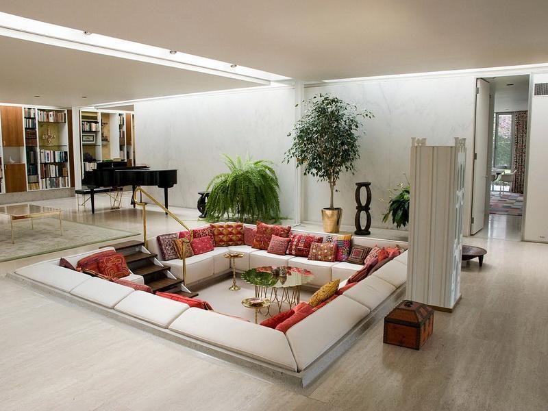 Удобные диваны с россыпью подушек