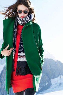 Зеленое пальто с красным платьем
