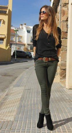 Зеленые брюки с черной кофтой