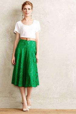 Зеленая юбка с белой кофтой