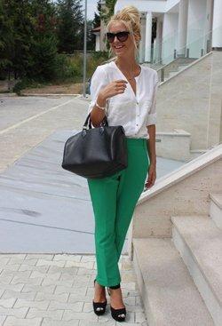 Зеленые брюки с белой кофтой