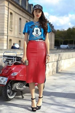 Комплект из кожаной красной юбки и синей футболки