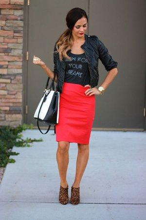Красная юбка карандаш с футболкой