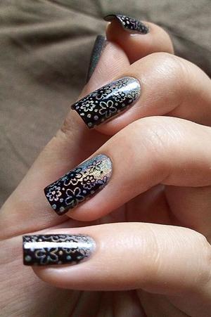 Цзоры цветов на черных ногтях