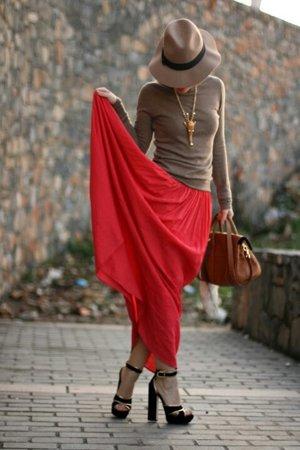 Красная юбка с бежевым верхом