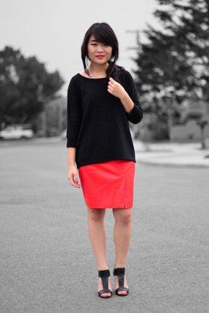 Алая юбка с черным верхом