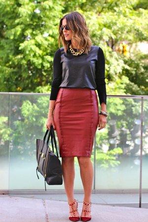 Кожаная красная юбка с черной кофтой
