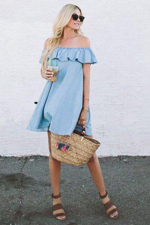Платье деним с соломенной сумкой