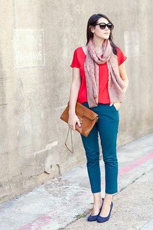 Синие брюки с красной кофтой