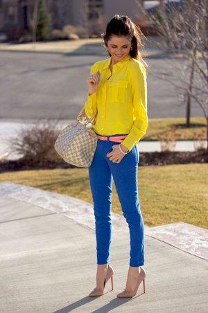 Синие брюки с желтой рубашкой