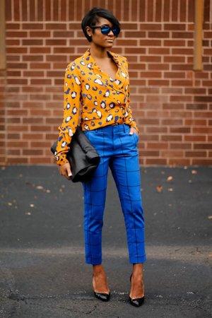 Клетчатые брюки с желтой кофтой
