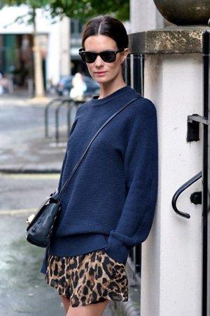Леопардовая юбка с синим джемпером