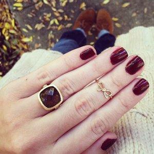 Красный маникюр под кольцо с камнем