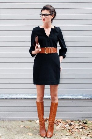 Черное платье с рыжими сапогами
